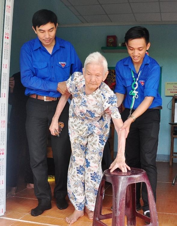 Tuổi trẻ Phú Ninh với Mẹ VNAH Ngô Thị Chi (96 tuổi, thôn Dương Lâm, xã Tam Dân). Ảnh: VINH ANH