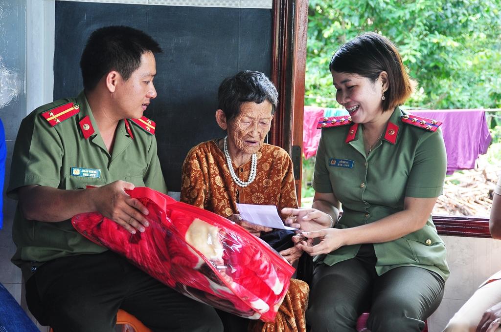 Tuổi trẻ Công an huyện Phú Ninh tặng quà cho Mẹ VNAH Trần Thị (87 tuổi, thôn Ngọc Giác). Ảnh: VINH ANH