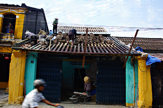 Một ngôi nhà ở phố cổ Hội An được tháo dỡ để sửa chữa lại. Ảnh: PHƯƠNG THẢO