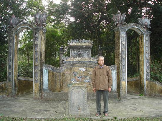Mộ ông Lê Tấn Trung - tiền hiền tộc Lê làng Trường Xuân (người trong ảnh là nhà giáo hưu trí Lê Tấn Tường - hậu duệ).Ảnh: PHÚ BÌNH