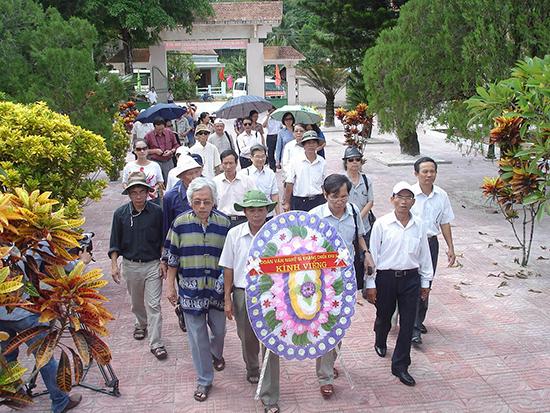 Đoàn Văn nghệ sĩ chiến trường khu V đến viếng và dâng hương tại Nghĩa trang liệt sĩ huyện Bắc Trà My.Ảnh: L.P.L.N