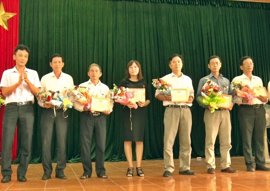 """UBND huyện Phú Ninh cũng tổ chức trao huy hiệu """"Vì sự nghiệp phát triển Quảng Nam"""" cho 7 cán bộ ưu tú. Ảnh: ĐẠO CÔNG"""