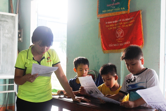 Lớp học tiếng Anh miễn phí của đoàn viên, thanh niên xã Bình Đào. Ảnh: Nguyễn Thảo