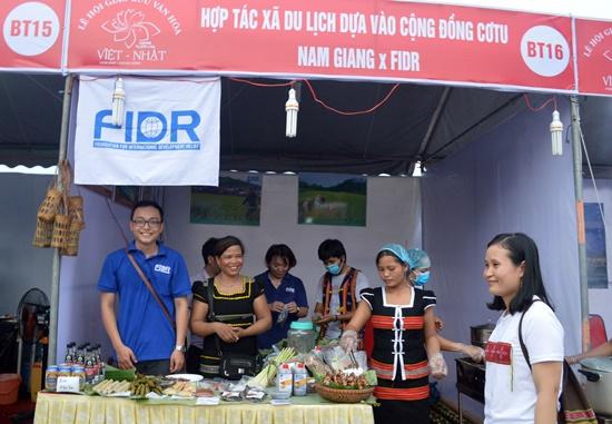 Gian hàng ẩm thực của đồng bào Cơ Tu Nam Giang tại lễ hội