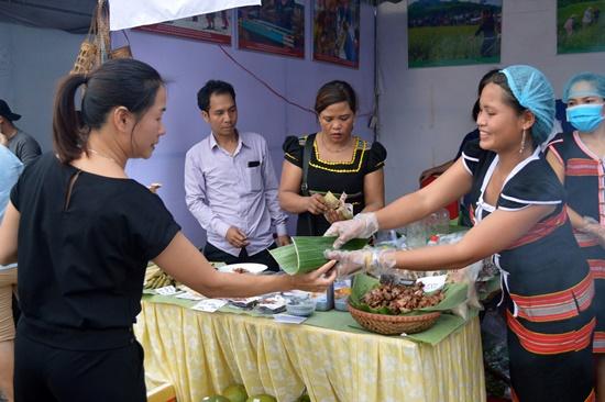 Rất đông người dân và du khách quan tâm đén gian hàng ẩm thực Cơ Tu