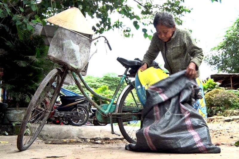 Bà Huỳnh Thị Phong phải nuôi 3 miệng ăn, lo thuốc thang cho bản thân bà và người chồng bệnh nặng từ thu nhập ít ỏi chỉ khoảng 20 ngàn đồng mỗi ngày