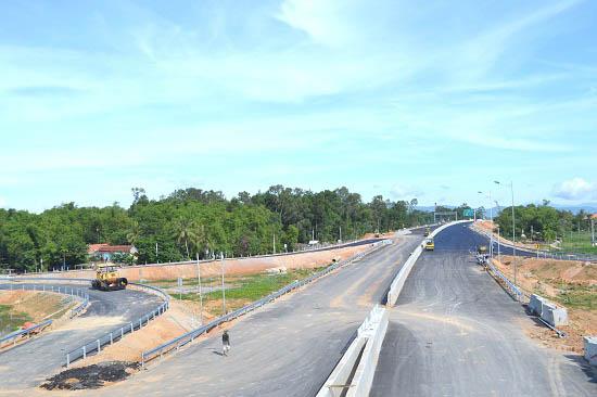 Gấp rút hoàn thiện nút giao đường cao tốc với quốc lộ 40B. Ảnh: CÔNG TÚ