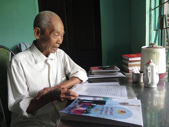 Ông Phạm Bạch Đằng, cựu quân tình nguyện Việt Nam tại Lào (giai đoạn 1948 - 1954) lục tìm câu chuyện ký ức. Ảnh: LÊ QUÂN
