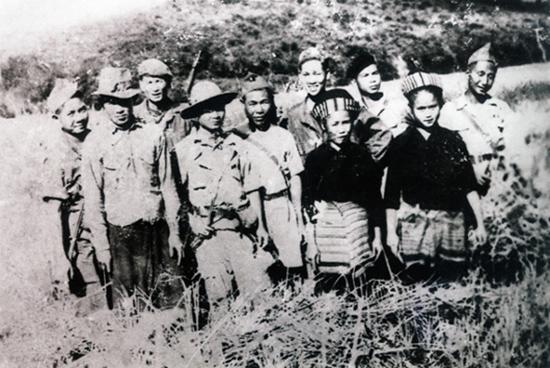 Cựu quân tình nguyện Việt Nam tham gia lao động sản xuất cùng nhân dân các bộ tộc Lào. (ảnh tư liệu do ông Phạm Bạch Đằng lưu giữ)