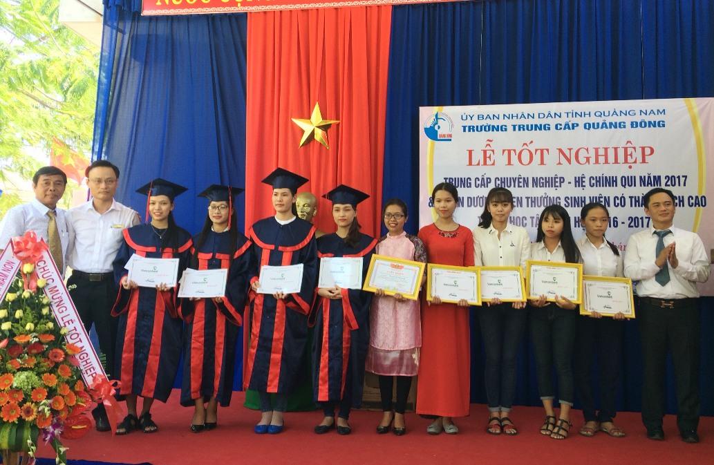 khen thưởng cho các sinh viên tốt nghiệp loại giỏi