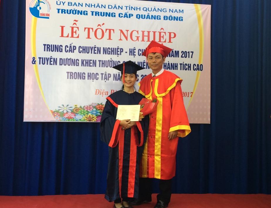 - Hiệu trưởng trao bằng tốt nghiệp cho sinh viên