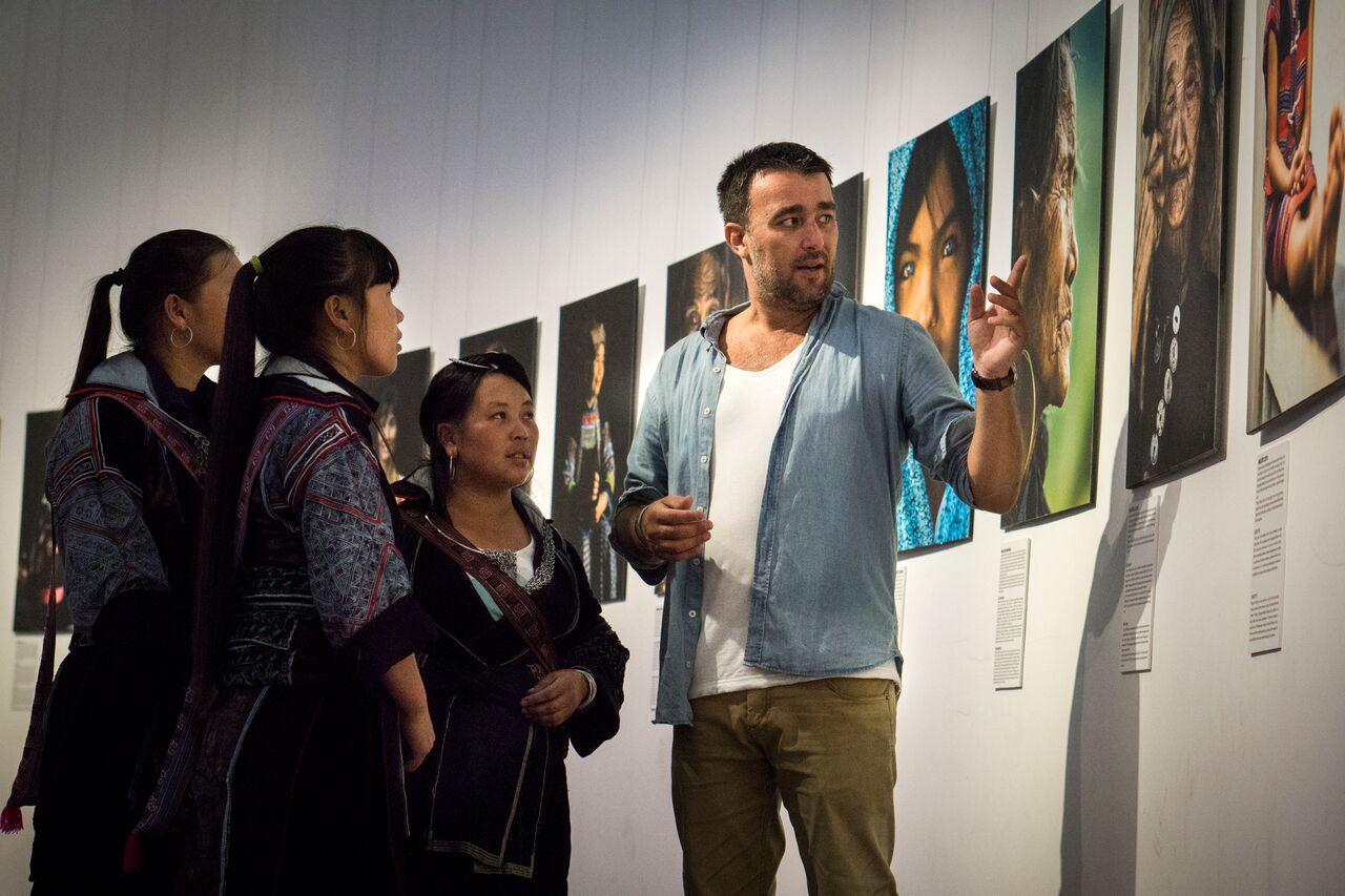 Nhiếp ảnh gia Réhahn hướng dẫn cho khách tham quan tại triển lãm. Ảnh: BTC cung cấp