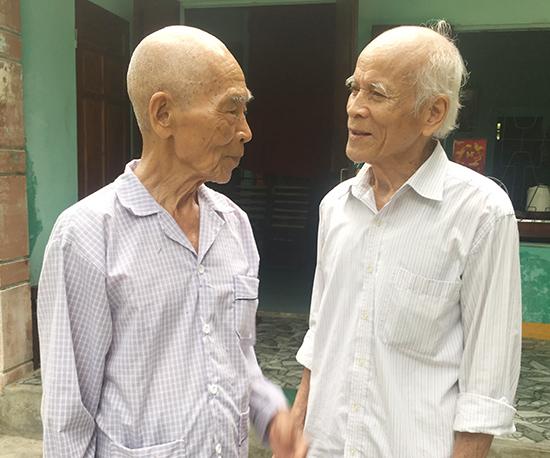 Những ngày này, các cựu quân tình nguyện ở Quảng Nam lại tìm gặp nhau, cùng nhớ về thời thanh xuân trên vùng đất bên kia dãy Trường Sơn.  Trong ảnh: Ông Phạm Bạch Đằng (bên trái) và ông Lê Văn Lộc. Ảnh: LÊ QUÂN