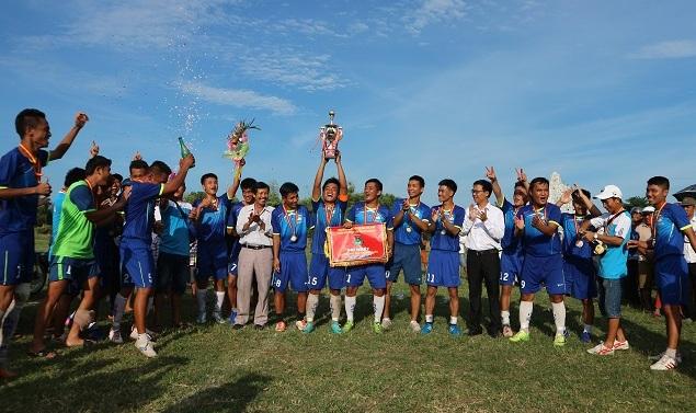 Đội bóng đá xã Duy Vinh ăn mừng chức vô địch