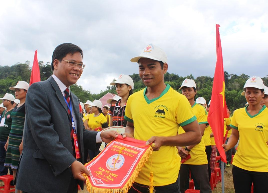 Phó Chủ tịch UBND huyện - ông Arất Blúi tặng cờ lưu niệm cho các đoàn.