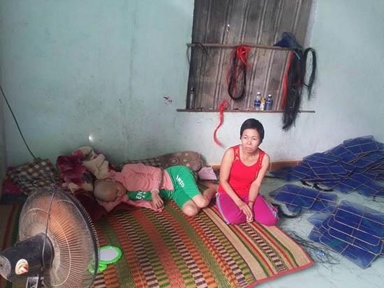 Chị Võ Thị Tám bên con gái Hồ Thị Thu Trang. Ảnh: B.L