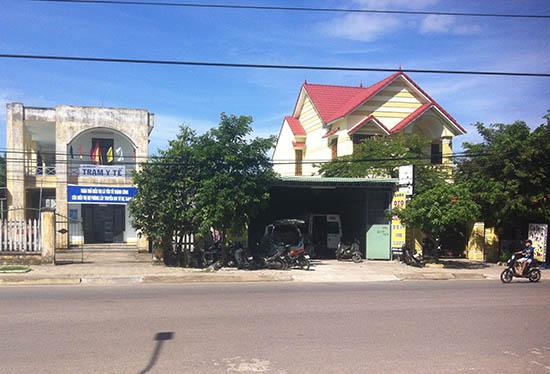 Cơ sở gara ô tô Thành Lộc nằm giữa Trạm Y tế phường An Sơn và khu dân cư gây ô nhiễm môi trường sống tại khu vực. Ảnh: H.G