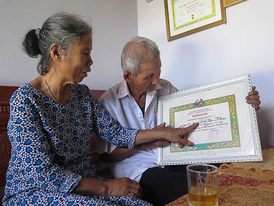 Ông Lương Văn Nhơn và vợ bên Huân chương Tự do của Chính phủ Lào trao tặng năm 1993. Ảnh: LÊ QUÂN