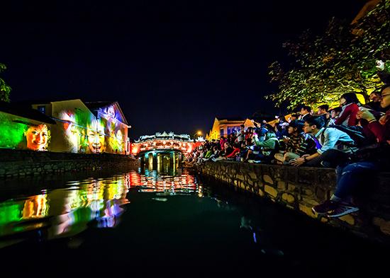 """Tác phẩm """"Hội An đêm ánh sáng"""" của Nghệ sĩ nhiếp ảnh Lê Vấn được trao huy chương Bạc tại liên hoan lần thứ 22. Ảnh: BẢO ANH"""