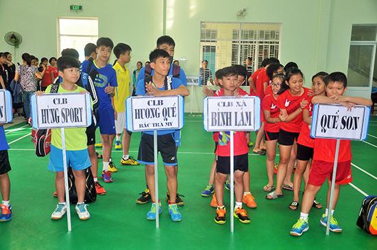 Các vận động viên cầu lông nhỏ tuổi vừa có sân chơi ngày hè bổ ích, vừa có điều kiện nâng cao chuyên môn.
