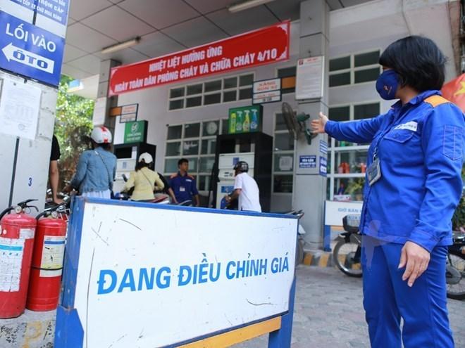 Cửa hàng xăng dầu trực thuộc Petrolimex chuẩn bị điều chỉnh giá. (Ảnh: Đức Duy/Vietnam+)