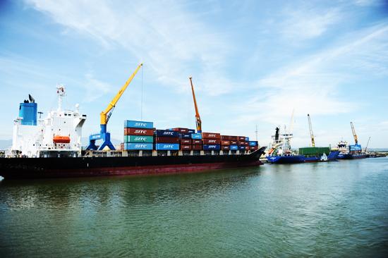 Nhờ bốc xếp- giải phóng hàng hóa nhanh chóng nên lượng hàng về cảng ngày càng nhiều. Ảnh: MINH HẢI