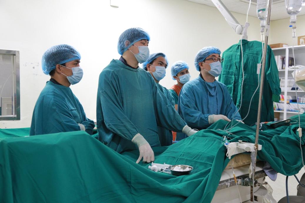 Các giáo sư tại Đại học Chung An, Hàn Quốc đang thị phạm tại BV/Tạ Xuân Quan-Phan Tấn Quang