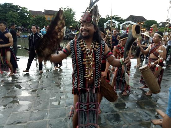Trình điễn vũ điều tâng tung da dá tại các tuyến phố Hội An