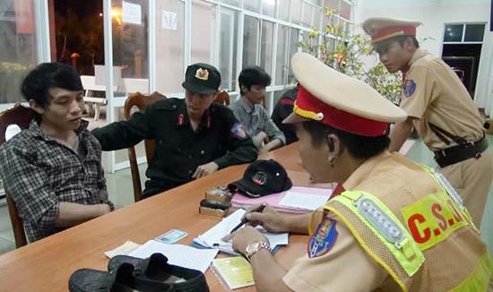 Cảnh sát cơ động phối hợp với CSGT bắt đối tượng mua bán trái phép chất ma túy. Ảnh: X.M