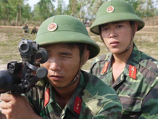Tuổi trẻ Trung đoàn 143 xung kích trên thao trường. Ảnh: Đ.T.N.D