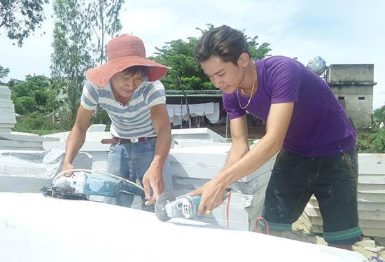 Hồ Minh Hường (bên trái) hướng dẫn em trai Hồ Văn Cường cách nhận biết và xử lý các loại đá. Ảnh: NHƯ TRANG