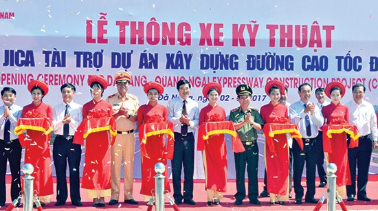 Cutting red ribbon to inaugurate the expressway