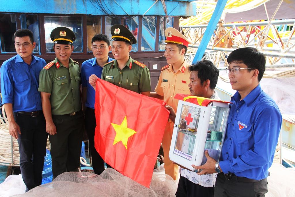 Trong chương trình, đoàn tình nguyện đã trao tặng 47 tủ thuốc và cờ Tổ quốc cho ngư dân. Ảnh: V.A