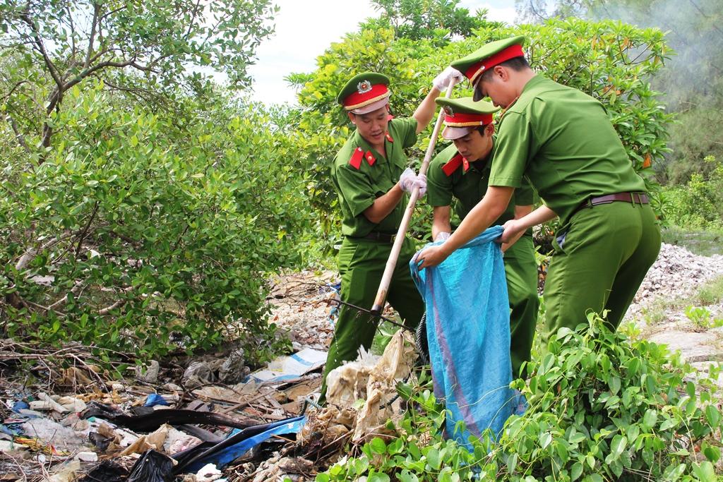 Trong chương trình, tuổi trẻ lực lượng Công an nhân dân còn phối hợp Hội Cựu chiến binh, Hội Phụ nữ xã Tam Giang tổ chức dọn vệ sinh khu vực cảng cá An Hòa. Ảnh: V.A