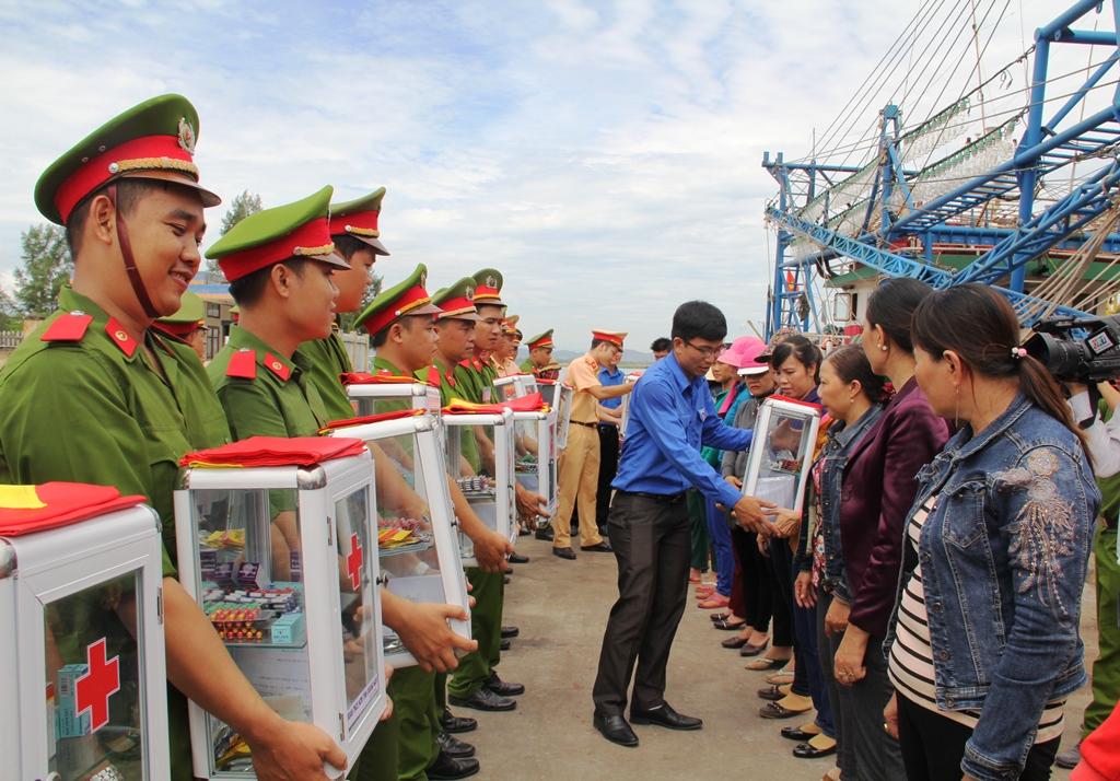 Đồng thời trao tặng 47 tủ thuốc và cờ Tổ quốc cho các gia đình ngư dân. Ảnh: V.A
