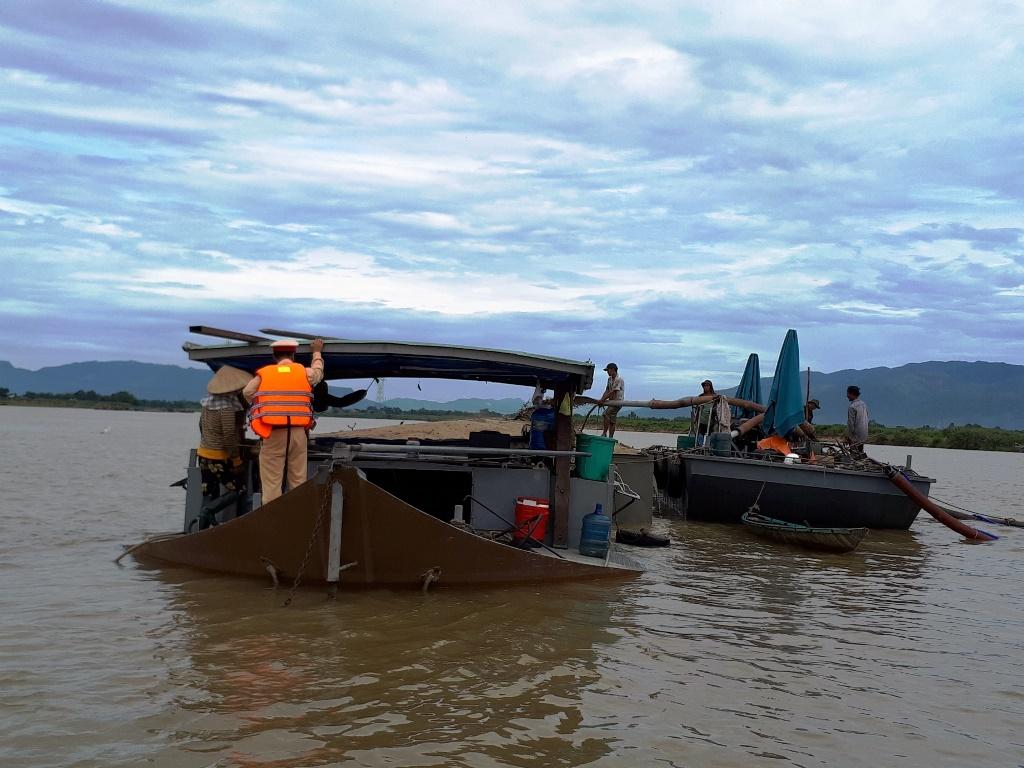 Lực lượng Cảnh sát đường thủy kiểm tra một tàu cát chở quá tải trên sông Thu Bồn. Ảnh: CA cung cấp