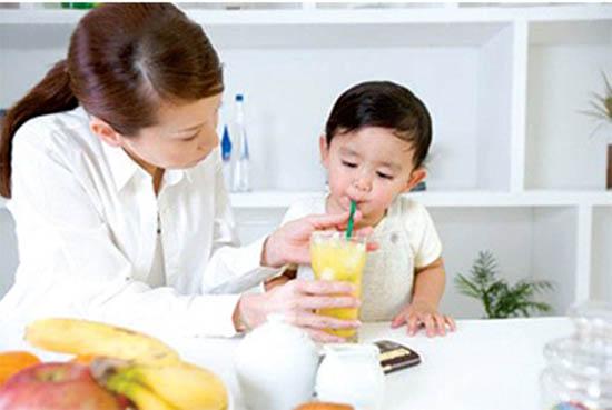 Ăn hoa quả, uống đủ nước giúp trẻ tránh táo bón.