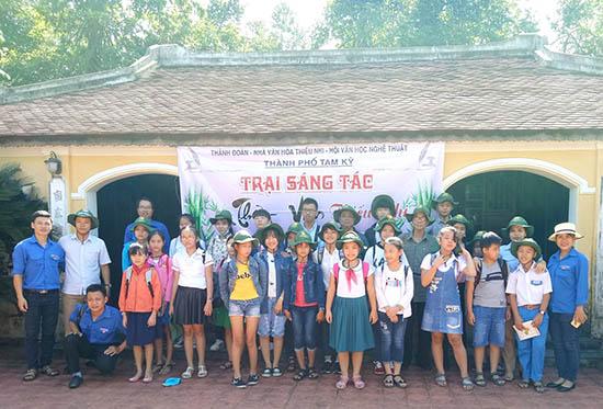 Trẻ em Tam Kỳ tham gia trại sáng tác thơ văn năm 2017. Ảnh: H.B