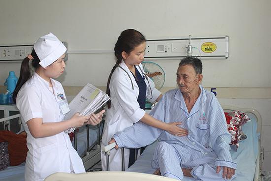 Bệnh nhân điều trị tại bệnh viện không có thẻ bảo hiểm y tế phải trả viện phí rất cao.