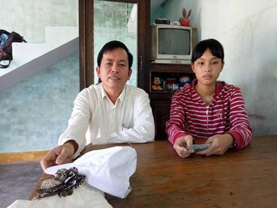 Tác giả và em Nguyễn Thị Dung. Ảnh: T.M.T