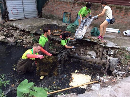 """Các chàng """"trai Tây"""" vớt rác ở Hà Nội. Nguồn: Internet"""