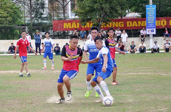 Các địa phương đang tổ chức giải bóng đá để tuyển chọn lực lượng chuẩn bị tham gia giải Đại hội TDTT tỉnh. Ảnh: AN NHI
