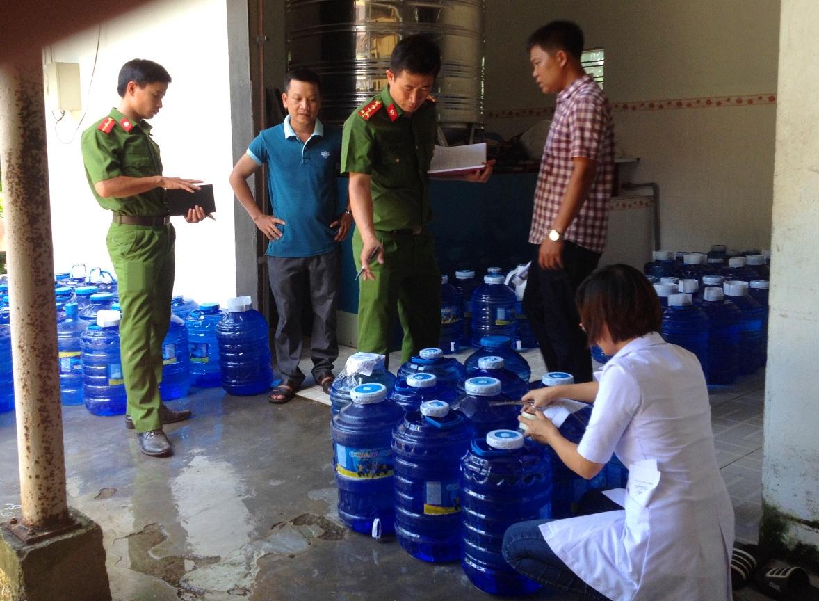 Lực lượng chức năng kiểm tra các cơ sở sản xuất nước đóng chai trên địa bàn tỉnh.