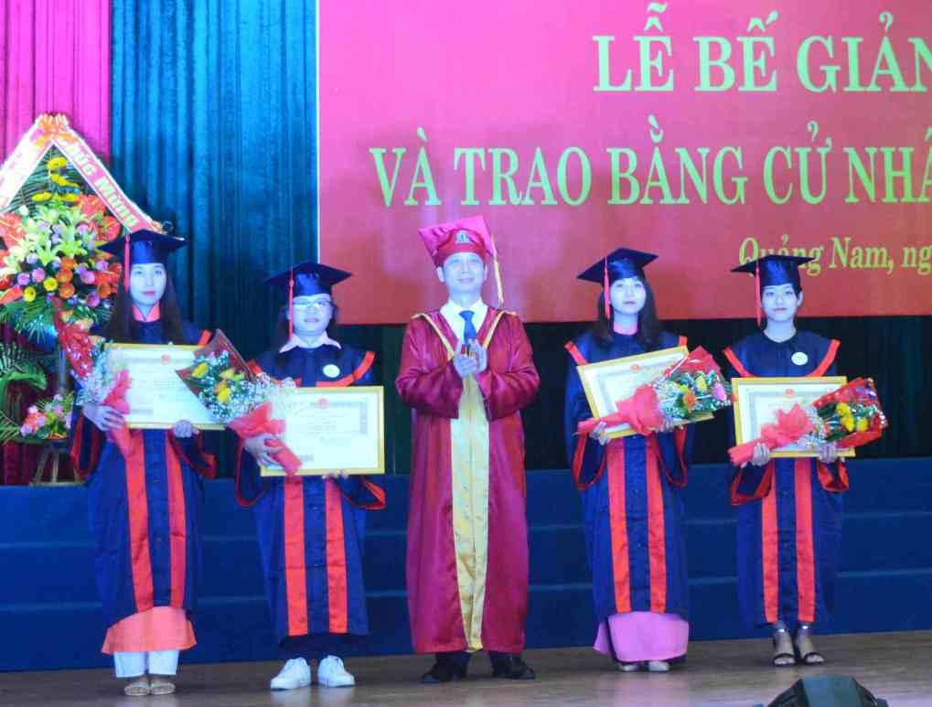 Trao bằng tốt nghiệp và giấy khen cho 4 thủ khoa đầu ra của các ngành. Ảnh: Q.T