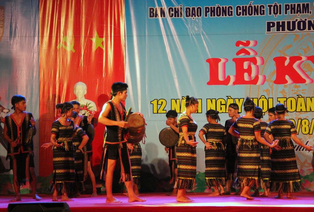 Các diễn viên đội cồng chiêng của xã Trà Nam (huyện Nam Trà My) - đơn vị kết nghĩa của phường Tân Thạnh tham gia tiết mục múa cồng chiêng tại lễ kỷ niệm. Ảnh: A.N