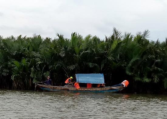 Các lực lượng chức năng xã Cẩm Thanh tuần tra, tìm kiếm loa thùng cất dấu trong rừng dừa