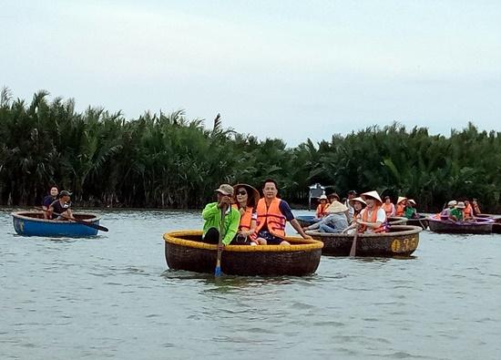 Hoạt động du lịch tham quan rừng dừa đã trở nên văn minh hơn