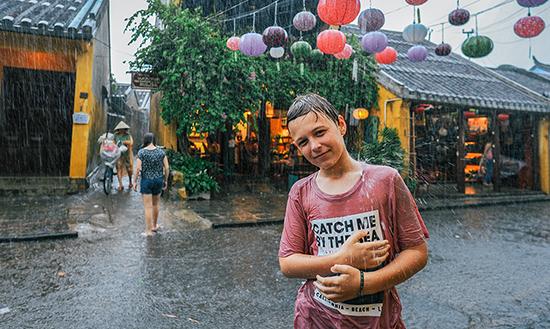 Du khách tắm mưa.