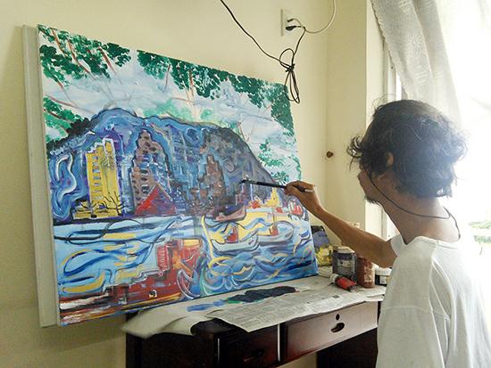 Khoảnh khắc lao động nghệ thuật của họa sĩ Nguyễn Thượng Hỷ. Ảnh: B.ANH
