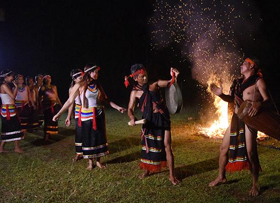 Điệu múa ka đấu và diễn tấu chiêng đôi trong đêm hội ở xã Trà Kót. Ảnh: T.VỊNH